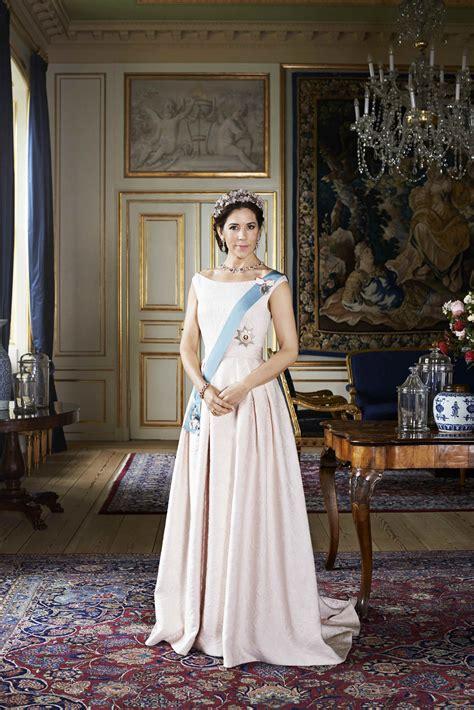 princess anne  wears  yellow coat  royal ascot