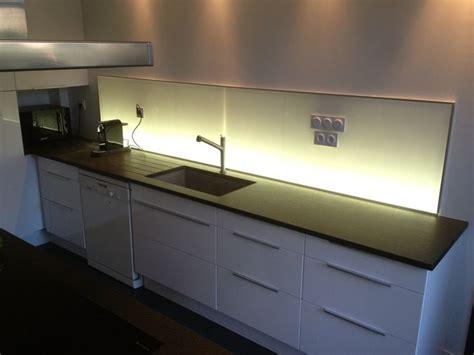 credence cuisine lumineuse cuisine laquée blanc crédence lumineuse plan de travail