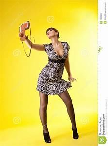 Mooie Vrouwenspruit Op Ouderwetse Fotocamera Royalty Vrije