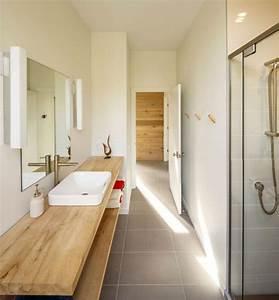 chalet contemporain en bois niche dans la foret canadienne With plan de travail bois salle de bain