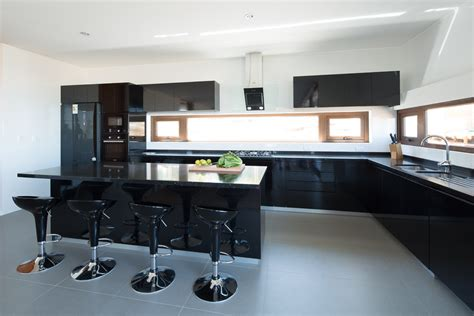 roomlab cocina muebles negros  muros blancos creado por