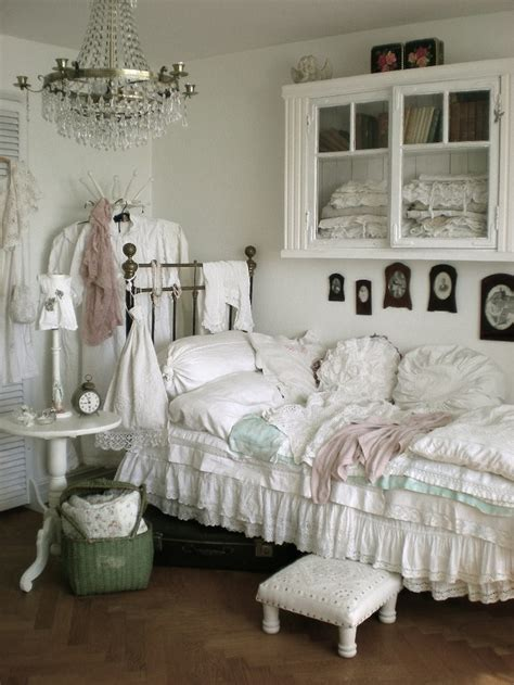 country shabby chic bedroom ideas 154 best images about decorating with daybeds on pinterest