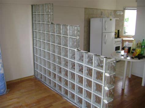 foto pared divisoria de ladrillos de vidrio de espacio