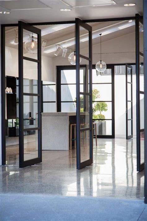 cloison en verre interieur la porte coulissante en verre gain d espace et esth 233 tique moderne