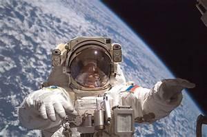 File:Fyodor Yurchikhin spacewalk3.jpg - Wikimedia Commons