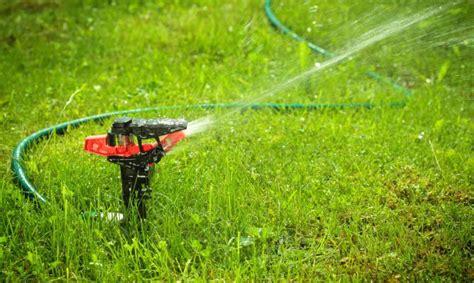 los elementos de  jardin el riego automatico por aspersion