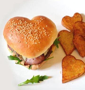 les amoureux de la cuisine burger en forme de coeur pour les amoureux les