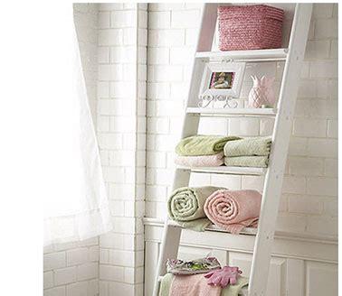 salle de bain carrelage blanc echelle bois rangement
