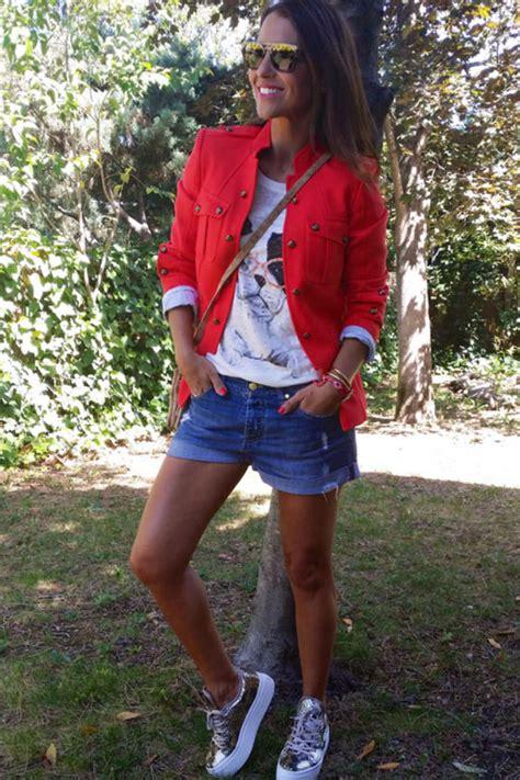 shorts vaqueros chaqueta roja camiseta dolores promesas