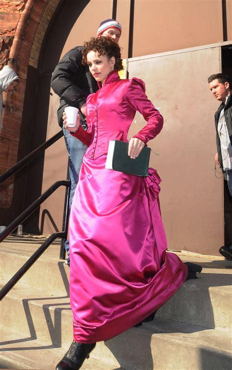 rachel mcadams sherlock holmes pink seriously popsugar 2009