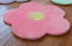 le tapis pour chambre fille 20 idees design With tapis chambre bébé avec bouquet de fleurs rouge et blanc