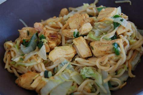 cuisiner le chou chinois cuit nouilles chinoises au poulet épicé et au chou chinois