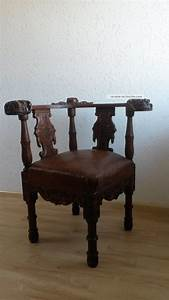 Antiker Eckstuhl Mit Löwenkopfschnitzereien