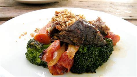 cuisiner une epaule de sanglier épaule de sanglier braisée brocoli grillé et pangrattato