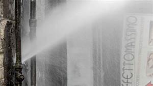 Quartieri Spagnoli, esplode tubatura dell'acqua: passeggiata con l'ombrello in una giornata di