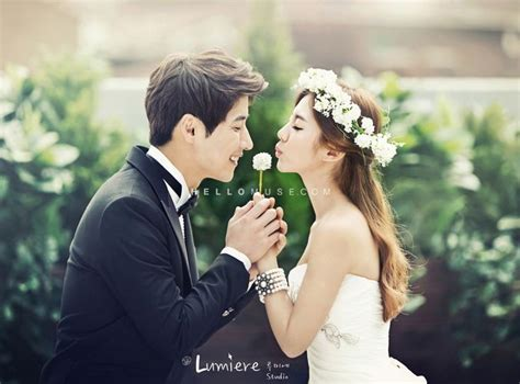 Natural Light And Floral Crown In A Romantic Pre Wedding
