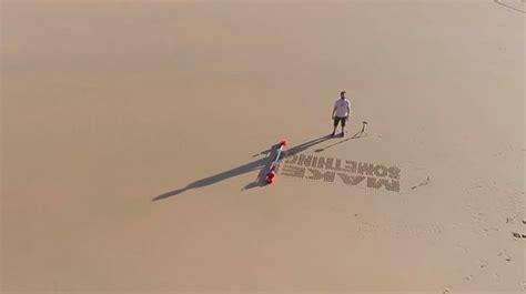 keren robot ini bisa menulis di atas pasir