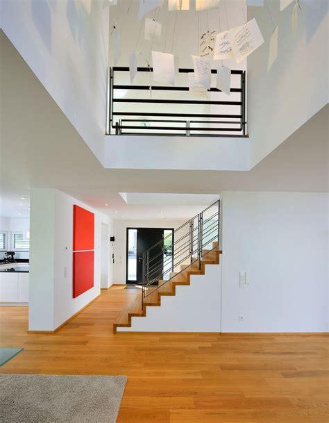 Häuser Umbauen by Fertighaus Weiss Treppe In Den Wohnbereich Integriert
