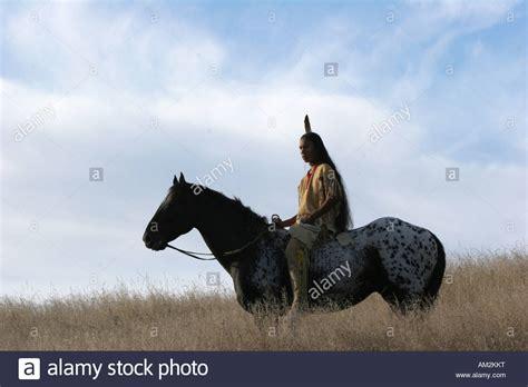 ein junger indianer indain pferd reiten ohne sattel