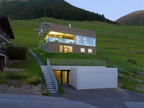 Haus Am Hang Mit Unterirdischer Tiefgarage Modern