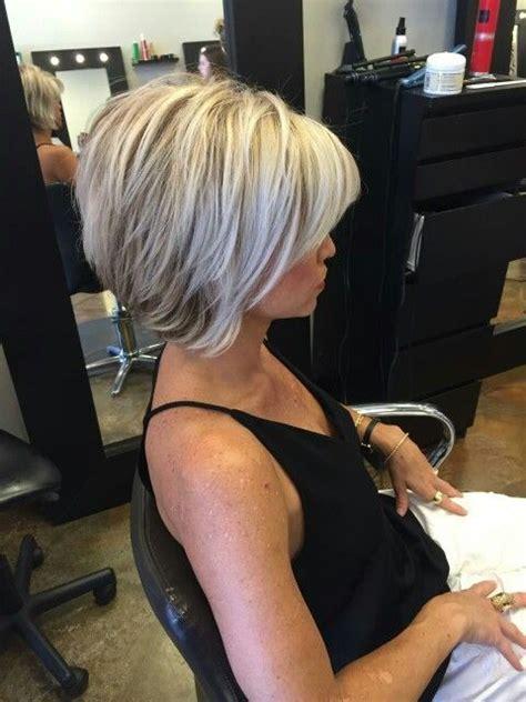 37 tagli di capelli medi moderni per le donne di tutte le età