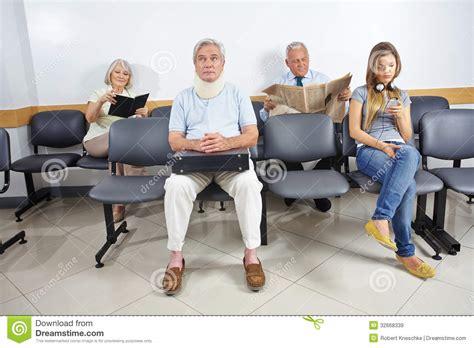 salle d attente hopital les gens dans la salle d attente d un h 244 pital image stock image 32668339