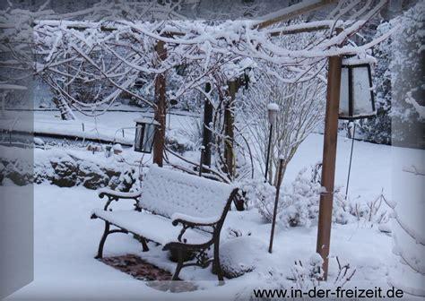 garten im winter dekorieren bild winter schnee und gartenbank verschneiter garten gratis bild und info