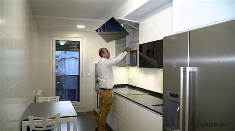 cocina moderna blanca  negra frigo americano