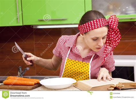 femme qui cuisine femme dans la cuisine avec le livre de recette de couteau photo stock image 22494998
