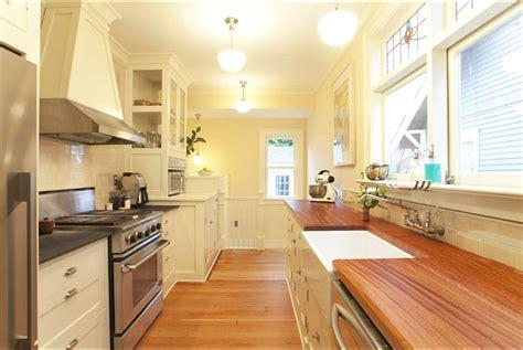 galley kitchen open to dining room белая кухня с деревянной столешницей удачное стилевое 8296
