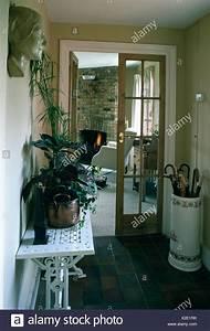 Sonnenschirm Tisch Kombination : konsole tisch und sonnenschirm stehen in traditionellen halle mit ge ffneten glast ren zum ~ Markanthonyermac.com Haus und Dekorationen