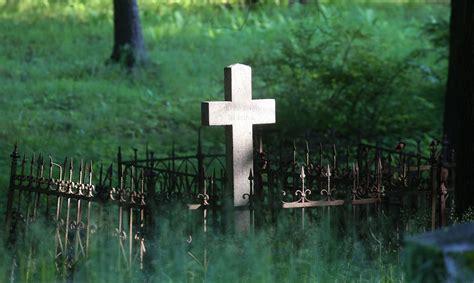 Pusaudžiem par vīrieša nosišanu Slokas kapsētā piespriež ...