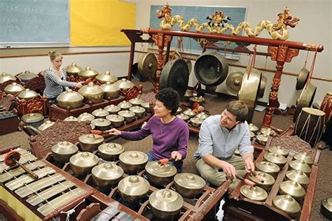 Pengertian seni musik non tradisional, fungsi dan contohnya adalah uraian yang akan dibahas dalam materi pelajaran seni budaya dan keterampilan berikut ini. Musik Tradisional memilikibanyak jenis yang tersebar di berbagai daerah di Dunia. Indonesia yang ...