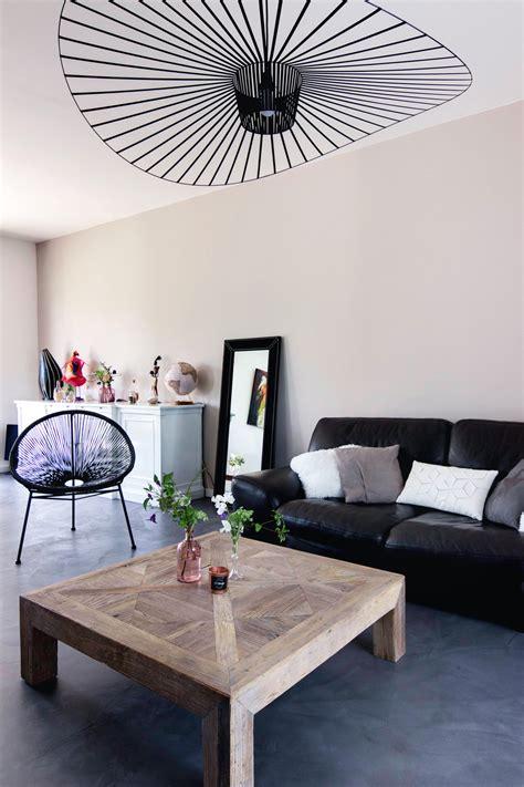 salon canapa noir daco bois salon moderne gris et bois canapé en cuir noir suspension