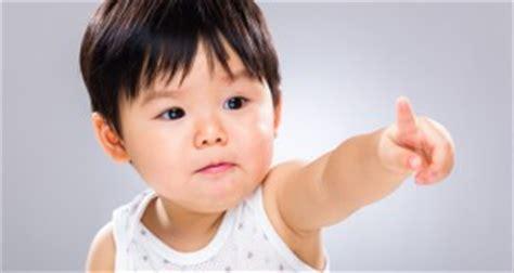 a quel age bebe parle