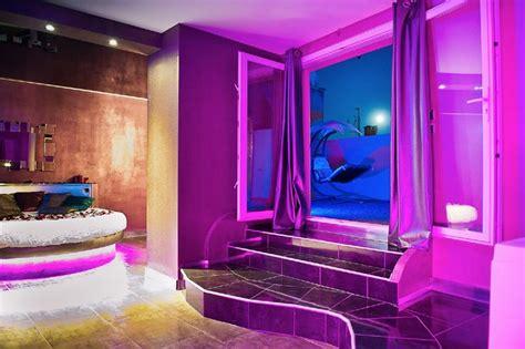 chambre baignoire balneo romantique loft lit rond comme suspendu plafond tendu noir à effet miroir baignoire balnéo