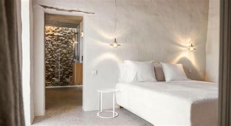 mur en apparente mobilier en bois et plafond en