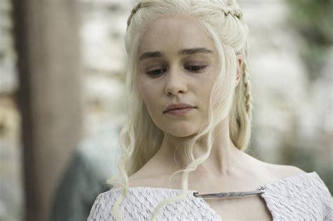 canapé chesterfield but emilia clarke mère des dragons et de sa propre vie