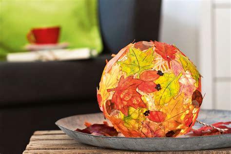 Herbstdeko Für Das Fenster by Bunter Herbstzauber Diy Leuchte Basteln So Geht S
