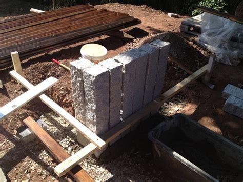 Palisaden Aus Holz Eine Alternative Zur Steinmauer by Betonpalisaden Richtig Setzen Mischungsverh 228 Ltnis Zement