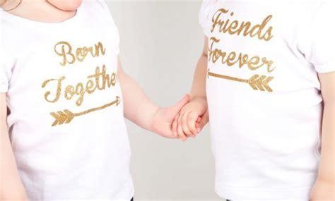geschenke für zwillinge geschenke f 252 r zwillinge geburt ideen personalisierte t shirts goldene schrift f f