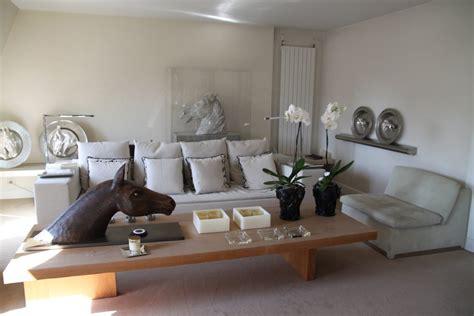 salon canapa noir daco bois déco salon gris blanc bois