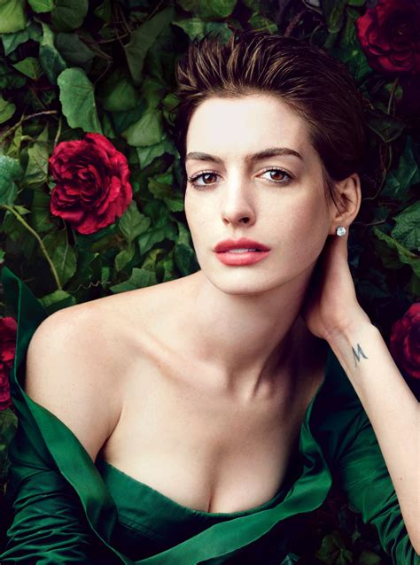 anne hathaway hot   bikini shorts pictures
