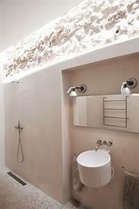 mur en pierre apparente mobilier en bois et plafond en With salle de bain design avec vasque en pierre blanche
