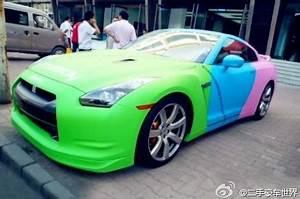Overkill Nissan GT R σε πράσινο μπλε και ροζ χρώμα