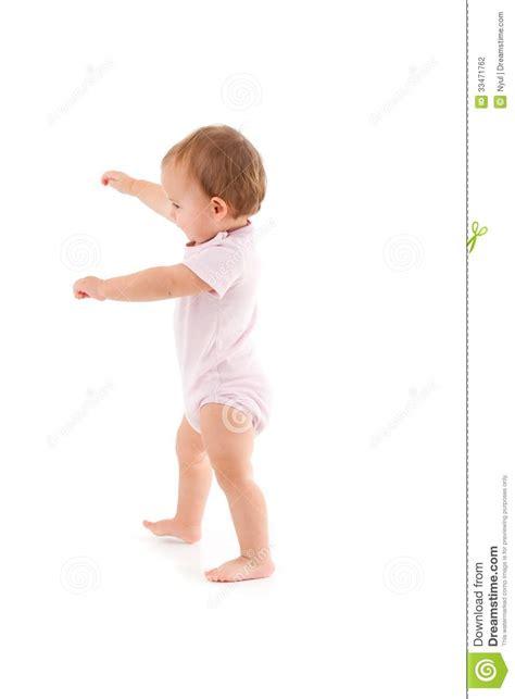 nettes baby das erste schritte macht stockfotografie