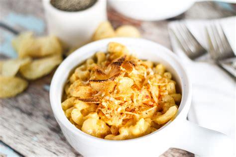 creamy macaroni cheese  potato chip crust platings