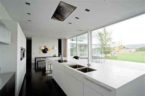 cuisine contemporaine ilot central design épuré pour maison contemporaine belge aux lignes
