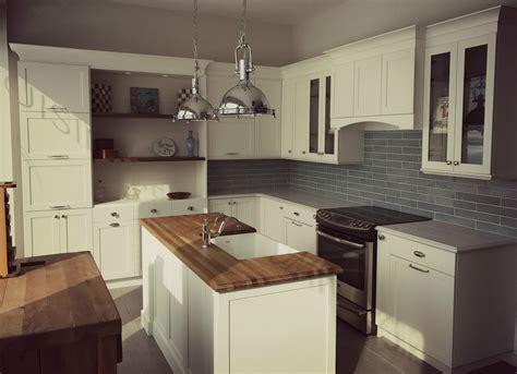 comptoire de cuisine cuisine blanche de style cape cod et mélamine bois foncé
