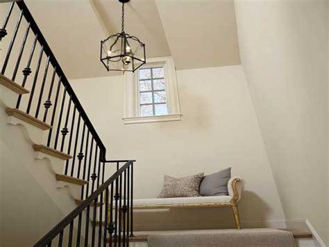 banquette retro sur le palier d une cage d escalier